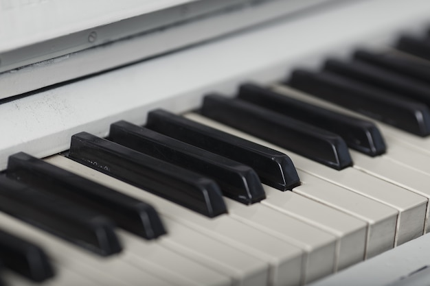 Primo piano della tastiera del pianoforte con
