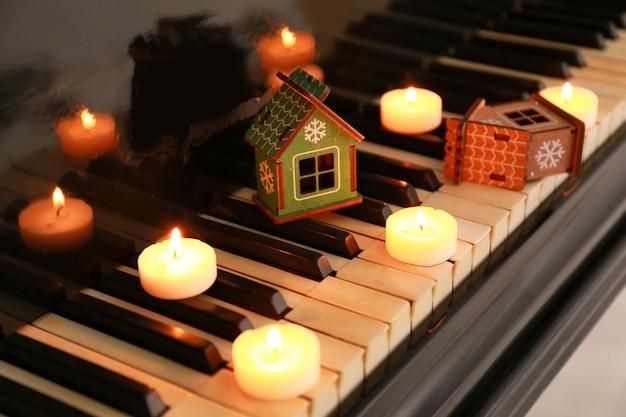 Tastiera di pianoforte con decorazioni natalizie, primo piano