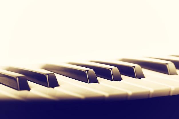 Sfondo di musica in stile vintage retrò con tasti del pianoforte