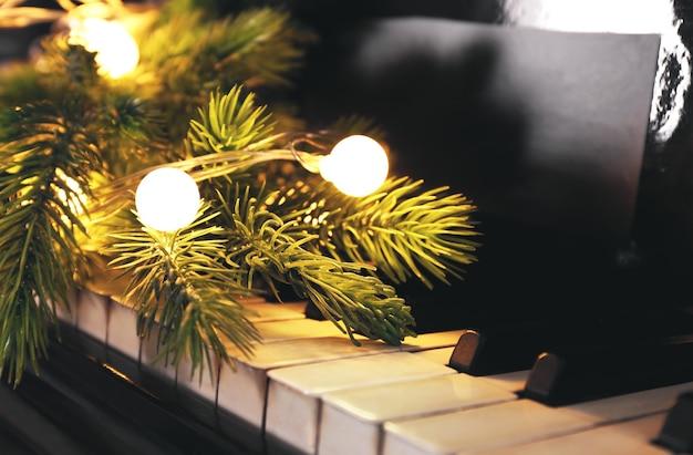 Tasti di pianoforte con decorazioni natalizie, primo piano