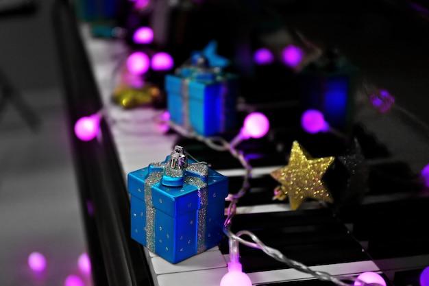 Tasti del pianoforte con decorazioni natalizie