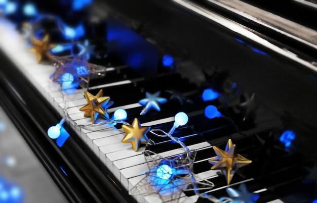 Tasti di pianoforte con decorazioni natalizie