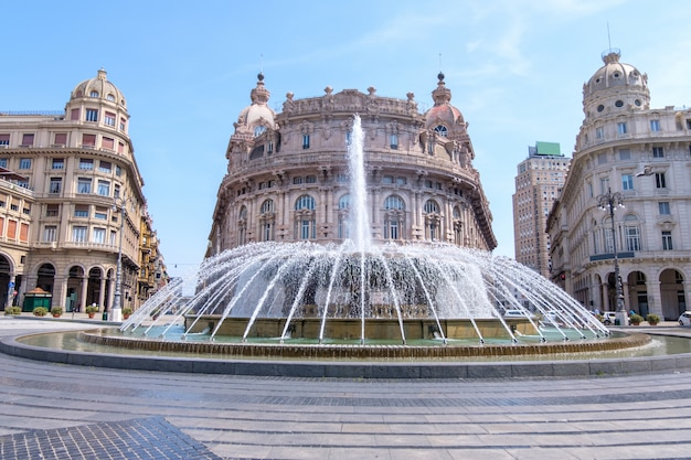 Fontana di piazza de ferrari con edifici a genova