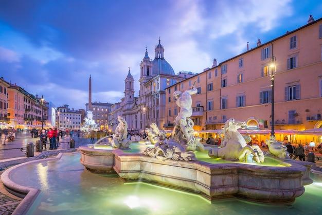 Piazza navona a roma, italia al crepuscolo