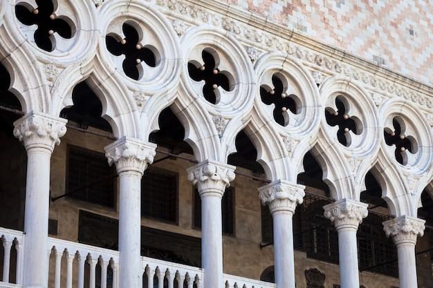 Piazza san marco, venezia, italia. dettagli in prospettiva sulle facciate dei palazzi antichi.