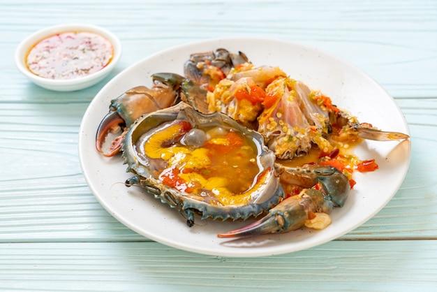 Uova di granchio sottaceto con salsa piccante di frutti di mare