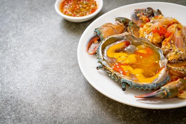 Uova di granchio marinate con salsa piccante ai frutti di mare