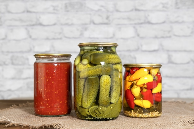 Cetrioli sottaceto pomodori italiani nel loro succo e mini peperoncino in vasetti di vetro