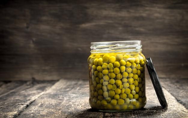 Piselli sottaceto in vaso di vetro.