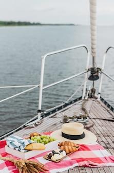 Picnic sullo yacht durante l'estate