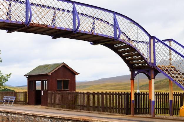 Pittoresco cavalcavia dalla stazione ferroviaria scozzese. treno e trasporto.