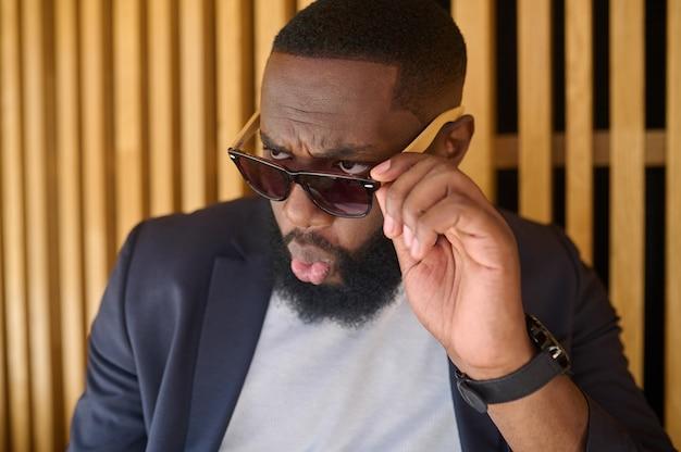 Una foto di un uomo afroamericano con gli occhiali da sole