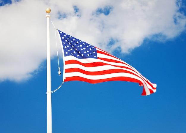 Foto della bandiera americana che sventola nel vento