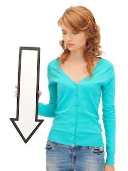 Foto di un'adolescente attraente con il segno della freccia di direzione