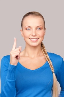 Foto di una giovane donna attraente con il dito alzato
