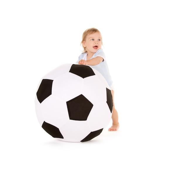 Foto di un bambino con pallone da calcio su bianco