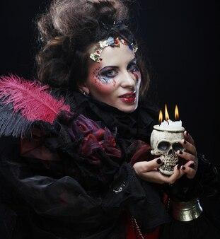 Immagina una bellissima donna in costume fantasy con teschio