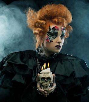 Immagina una bellissima donna fantasy con un teschio. tema di halloween.