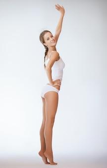 Foto di bella donna in biancheria intima di cotone