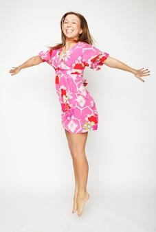 Immagina una bella donna che vola con una ragazza vestita di rosa