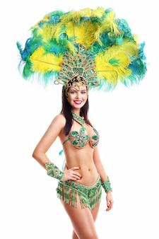 Immagine della donna brasiliana in posa in costume da samba su bianco