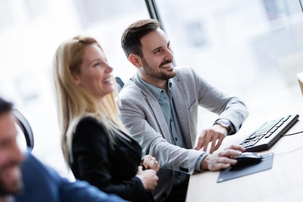 Immagine di uomini d'affari che lavorano insieme al computer in ufficio