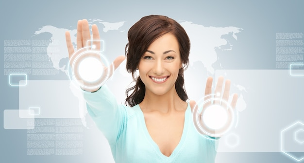 Foto di una donna d'affari che lavora con il touch screen