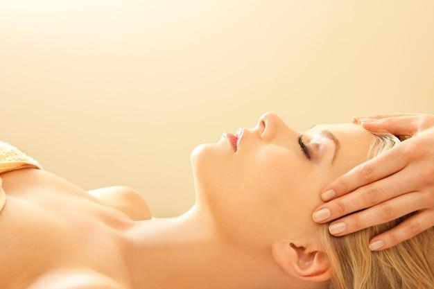 Foto di una bella donna calma nel salone dei massaggi