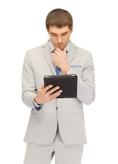 Foto di un uomo calmo con un tablet pc