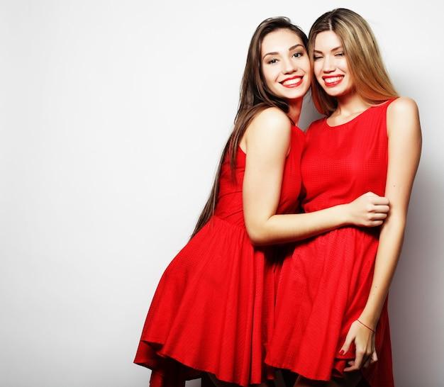 Immagine di un'affascinante ragazza in abito rosso su sfondo bianco