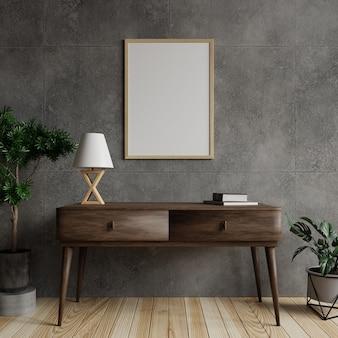 Cornice in soggiorno su un muro di cemento, con una lampada e libri sul tavolo di legno