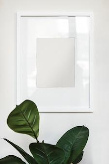 Cornice per foto su una parete