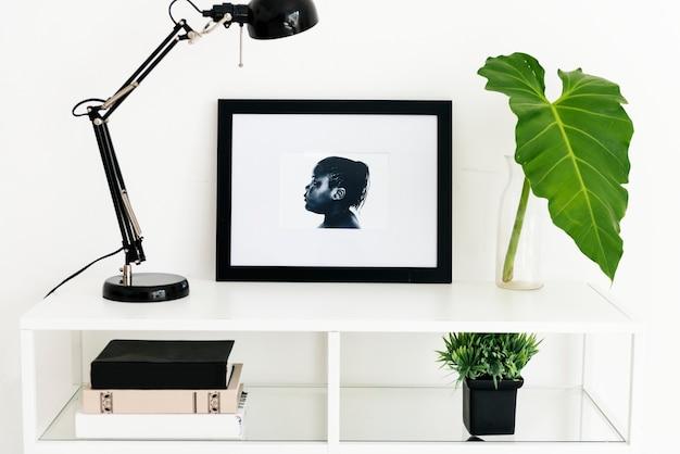 Cornice per foto su tavolo bianco