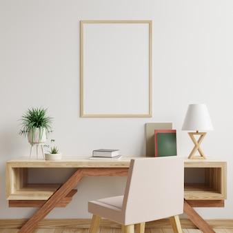 Cornice su una parete bianca in un soggiorno con tavolo e sedia