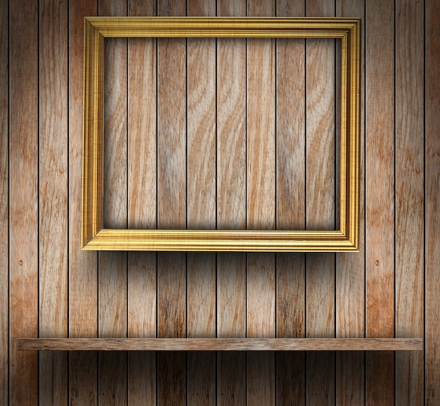 Cornice sulla parete di legno