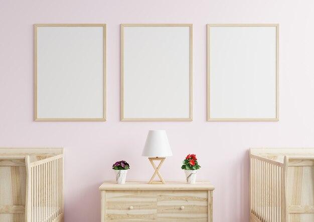 Cornici sulla parete rosa nella cameretta dei bambini