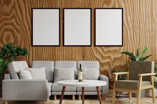 Cornici sulla parete in legno del soggiorno, decorate con divano e piante sul pavimento