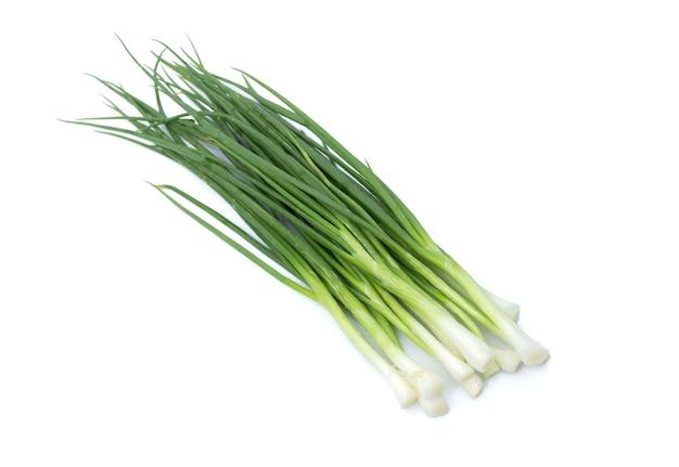 Immagine di un mazzo fresco di cipolle verdi o scalogno isolato su sfondo bianco