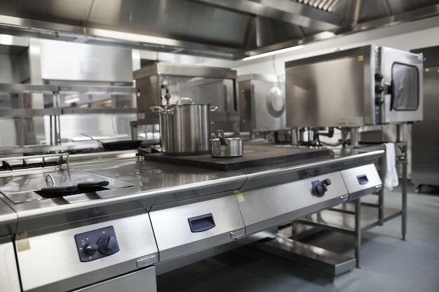 Immagine di cucina professionale completamente attrezzata