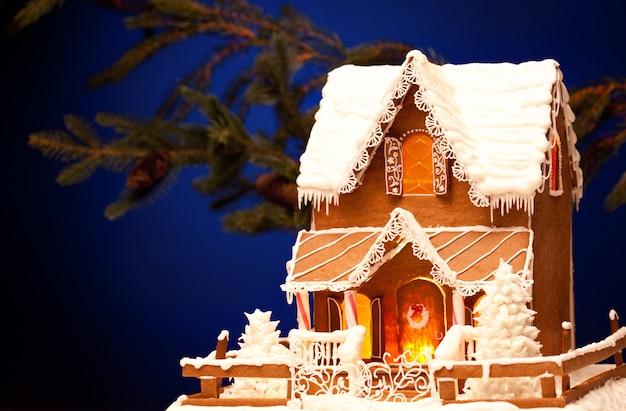 Foto della casa di pan di zenzero su sfondo natalizio