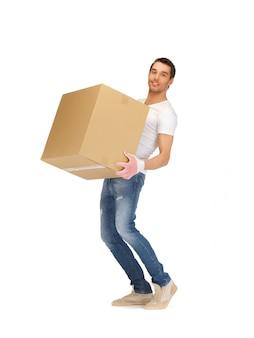 Foto di bell'uomo con grande scatola.