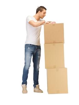 Foto di bell'uomo con grandi scatole.