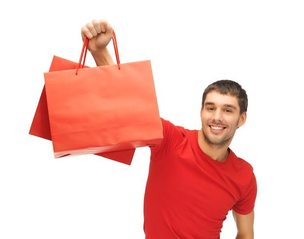 Foto di un bell'uomo con le borse della spesa