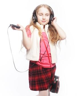 Foto di una ragazza bionda felice con delle grandi cuffie