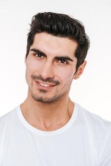 Immagine di giovane uomo di setola allegro felice che sta sopra la parete bianca.