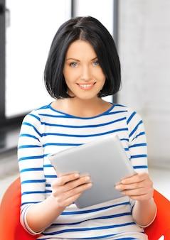 Foto di un'adolescente felice con un tablet pc
