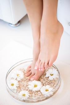 L'immagine della manicure e pedicure fatta ideale. gambe femminili nel punto della stazione termale.