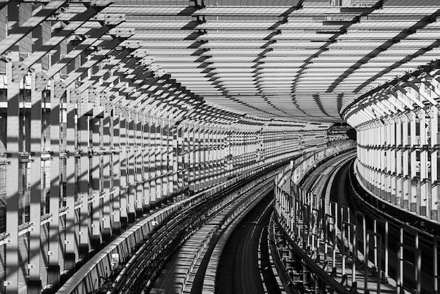 Immagine all'interno di un treno per pendolari a tokyo che si avvicina alla fine del ponte arcobaleno di odaibas