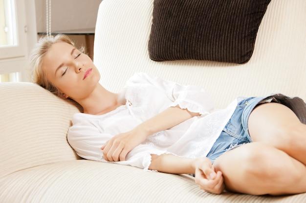 Foto di una bella ragazza addormentata a casa
