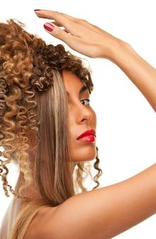 Foto di una donna adorabile con i capelli alla moda su bianco